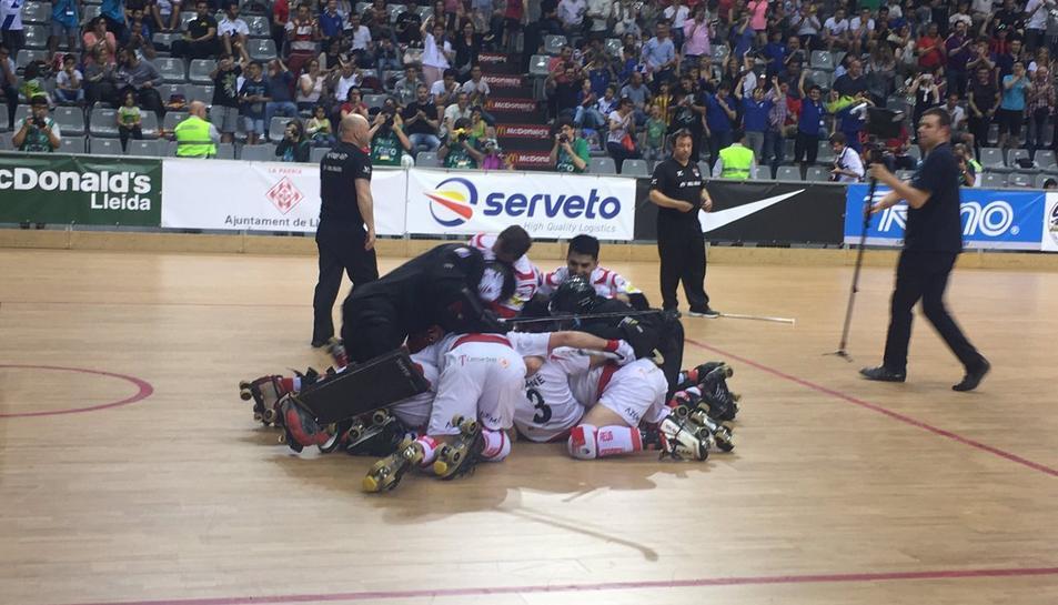 Els jugadors reusencs celebren la victòria.
