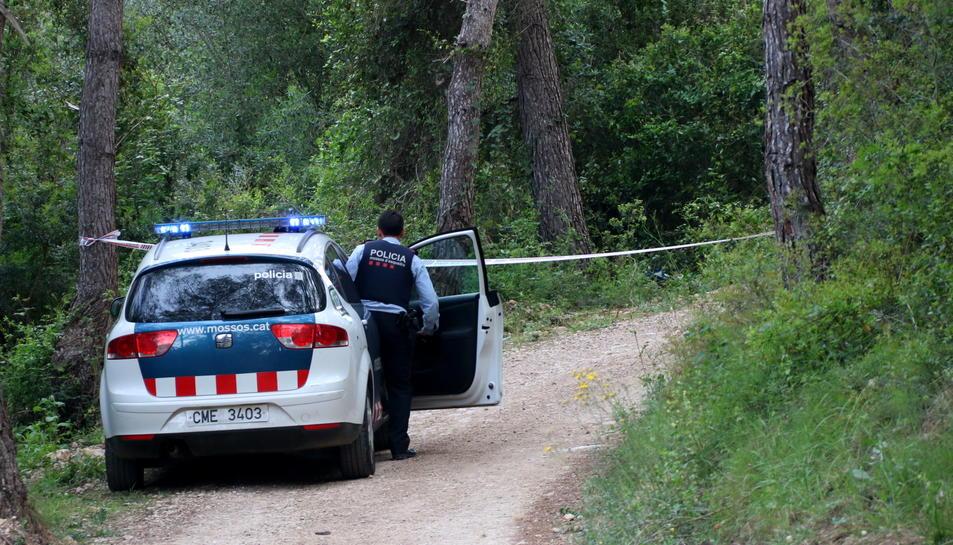 Un cotxe dels Mossos al camí on es va trobar el cos calcinat.