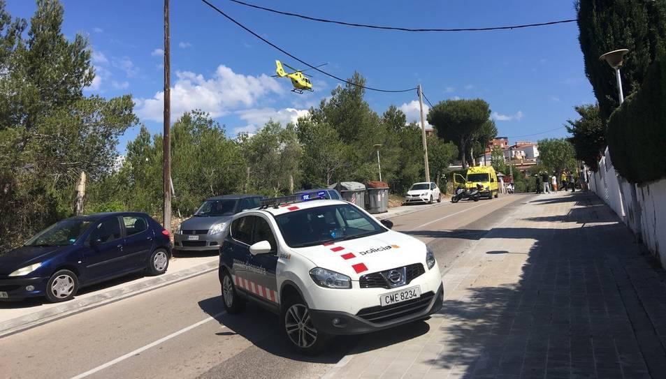 Els bombers, el SEM i el Mossos atenen els veïns, que han quedat commocionats.