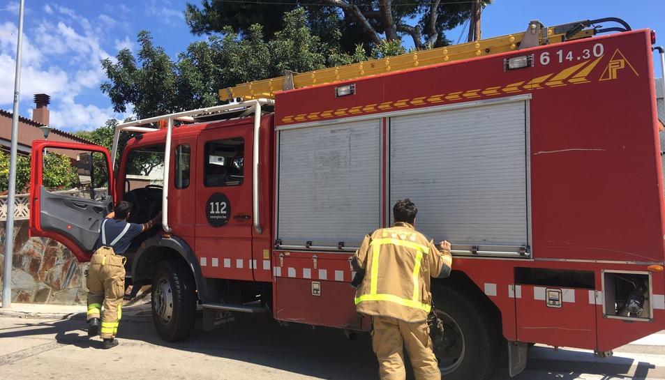 Fins a cinc dotacions dels bombers hi treballen.