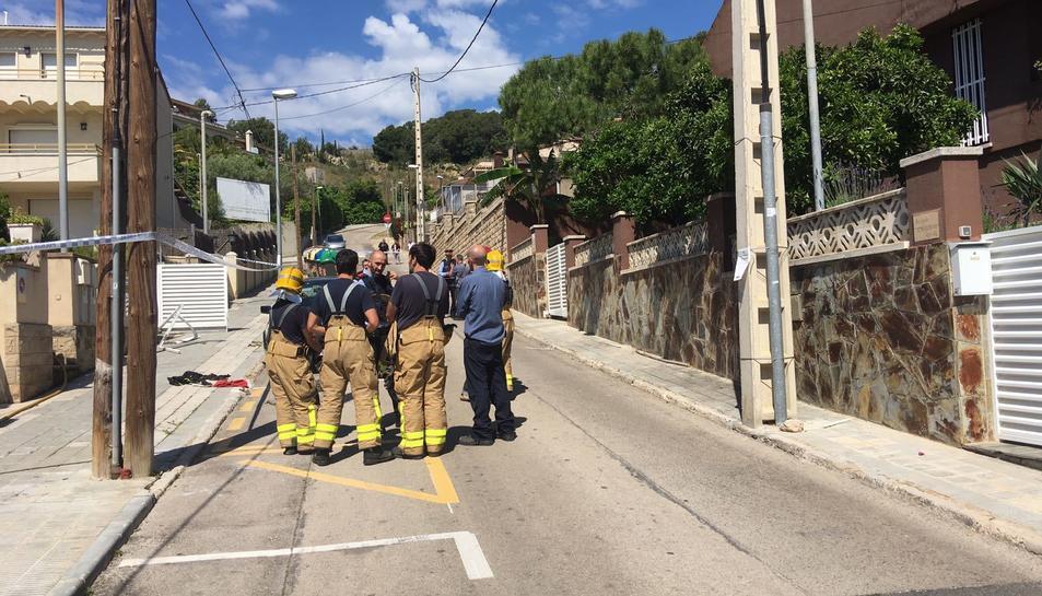 Els bombers han iniciat una investigació per descobrir les causes de la deflagració.