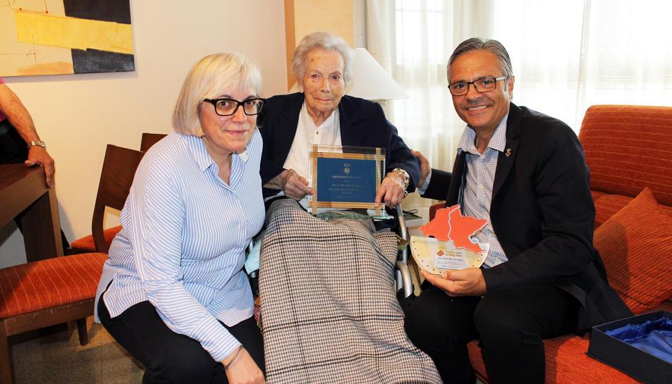 Cinta Melich ha rebut un ram de flors i dues plaques commemoratives.