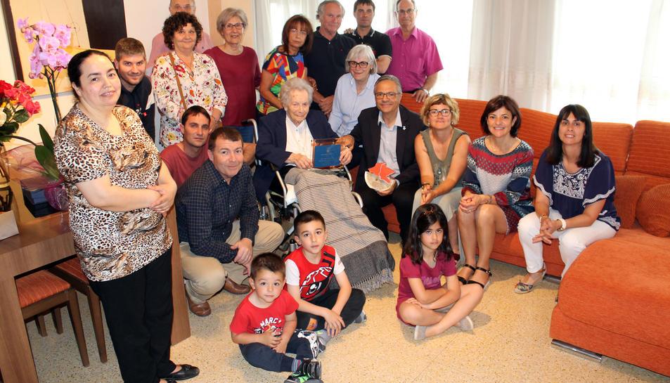 Familiars i autoritats de l'Aldea i del Consell Comarcald del Baix Ebre han estat presents en l'homenatge a Cina Melich Fabra pels seus 100 anys.