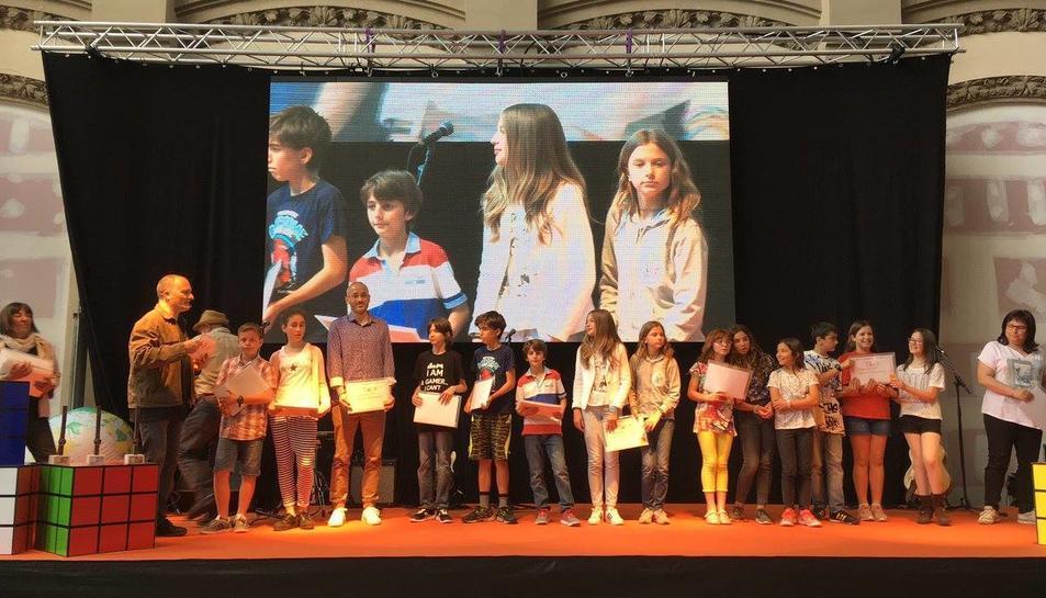 Els alumnes de sisè de l'escola vallenca amb el premi.