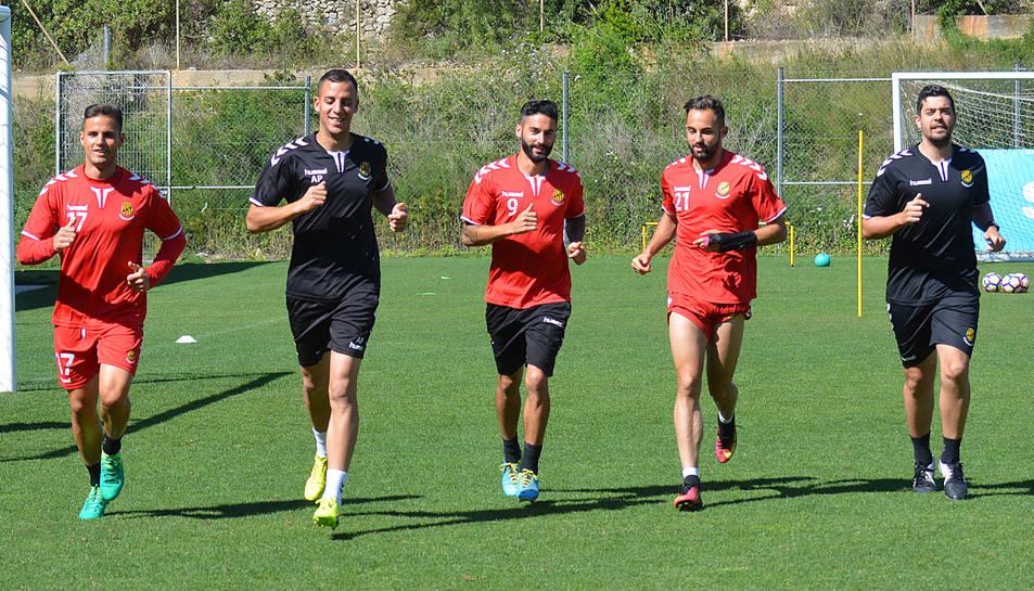 Luismi, Lobato i Ferran Giner, durant l'entrenament de dilluns al Nou Estadi, preparant el vital duel de divendres.