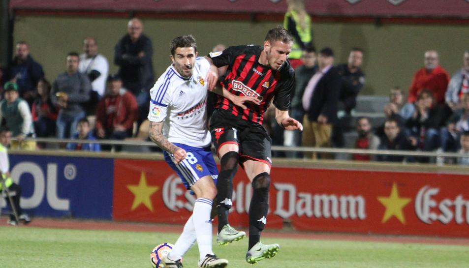 El davanter roig-i-negre David Querol, contra el Saragossa.