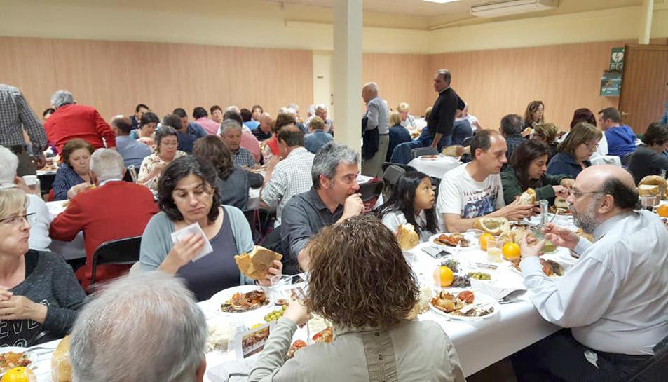 Imatge de la sala on es va celebrar el dinar, plena de comensals.