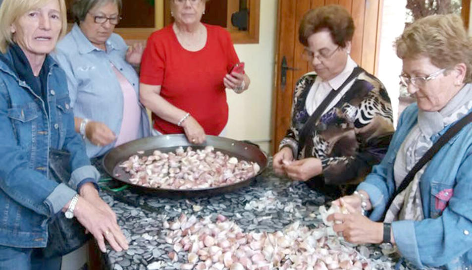 Preparació del dinar per part d'un grup de veïns i veïnes del poble.