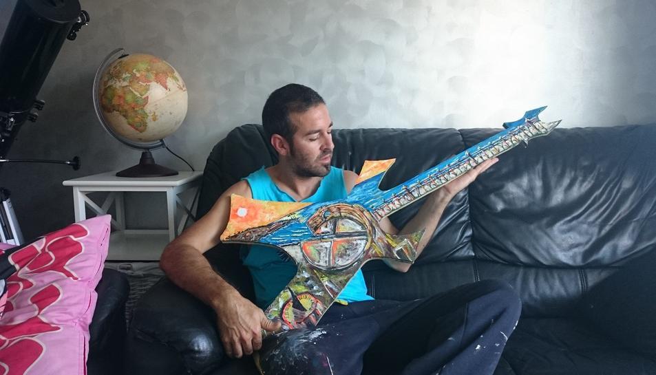 Monty, amb un quadre en forma de guitarra on reprodueix el Balcó del Mediterrani i l'Amfiteatre.