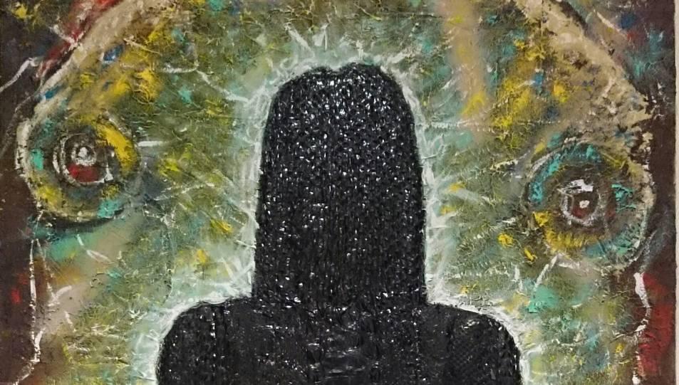 La figura de dona està confeccionada amb pell de serp.