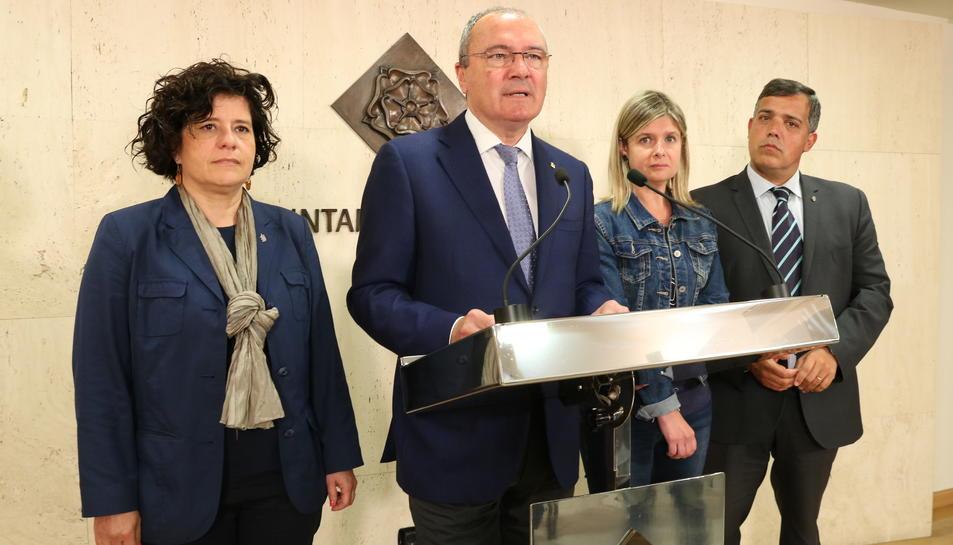 Pla americà de l'alcalde de Reus, Carles Pellicer, en roda de premsa, acompanyat dels portaveus dels grups de l'equip de govern: Montserrat Vilella (PdCat-CiU), Noemí Llauradó (ERC) i Jordi Cervera (Ara Reus), el 15 de maig del 2017