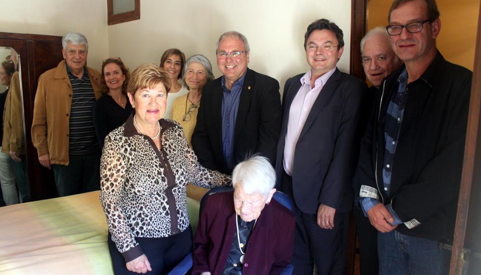 Carme Pons amb els seus familiars i els representants municipals.