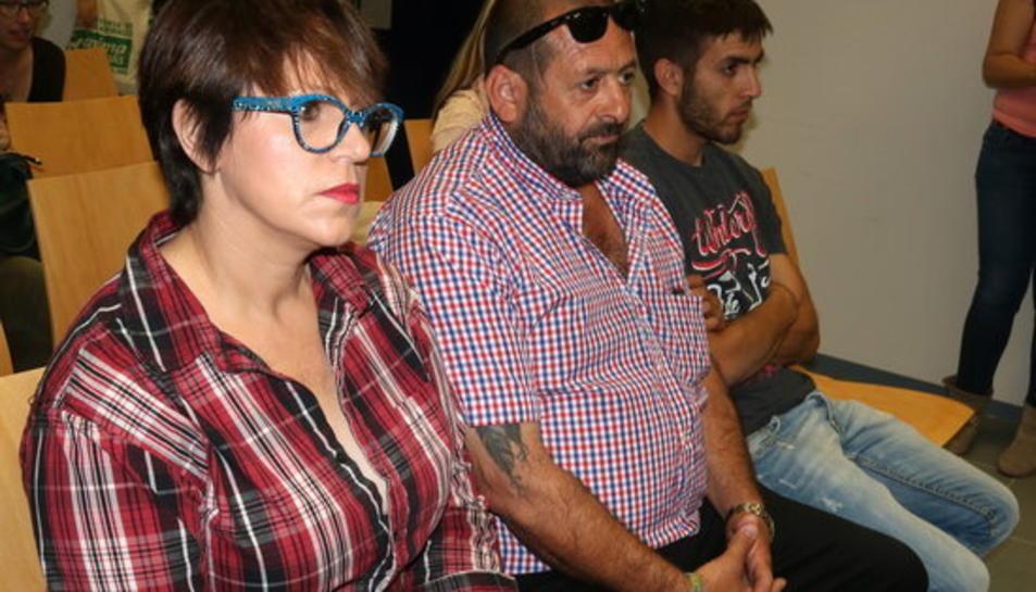 Pla conjunt dels condemnats per l'agressió a les animalistes del Mas de Barberans al banc dels acusats.