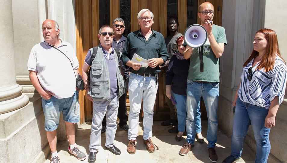Efectius de seguretat del consistori han barrat el pas als membres del col·lectiu, i mitjançant un megàfon, han difós la reclamació a l'alcalde.