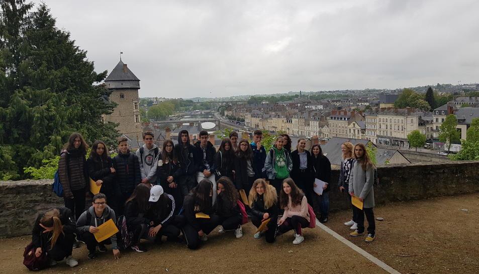 Els alumnes de l'Institut Joan Segura i Valls en el seu viatge a Laval.