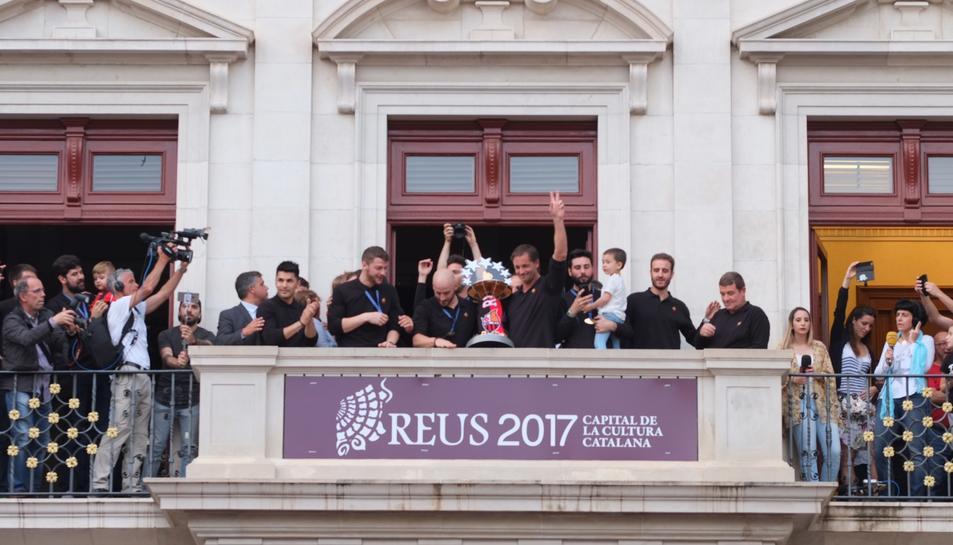 L'equip mostrant la copa d'Europa a l'afició que s'ha concentrat al Mercadal.