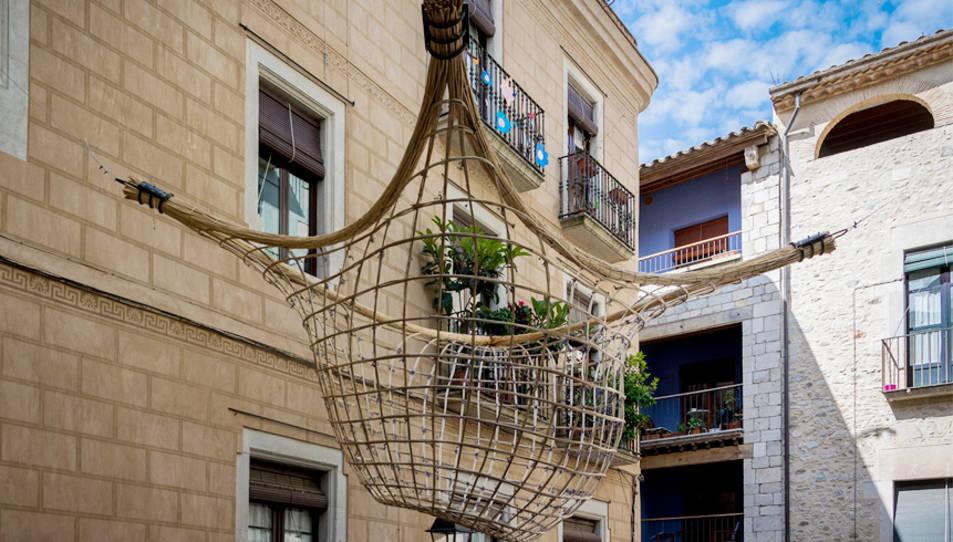 L'obra ret homenatge a l'escultura de Josep Maria Subirachs coneguda com L'arquitecte, que es troba en aquest indret, i al propi espai urbà.