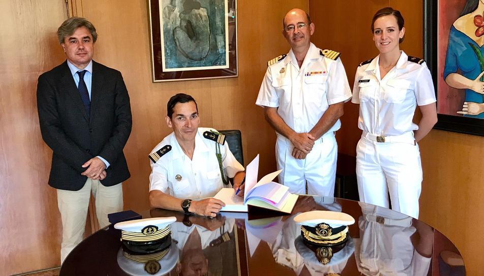 Imatge de la visita protocolària del comandant del vaixell francès Montcalm a la  seu de la subdelegació del Govern a Tarragona.