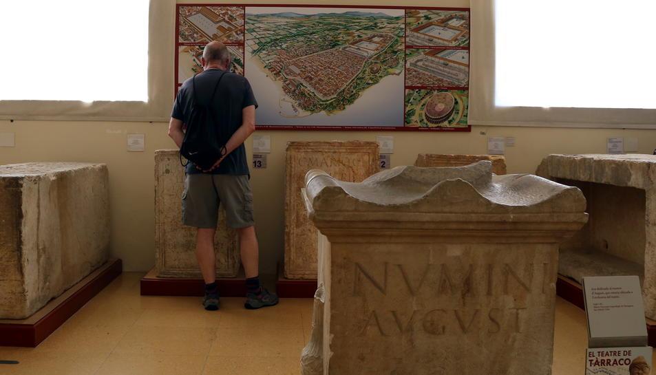 Un visitant fent un dels diferents itineraris que proposa el MNAT per la seva exposició permanent, en concret el número 4, sobre el teatre de Tàrraco, i, en primer terme, una ara -altar- dedicada al numen d'August, el 16 de maig del 2017