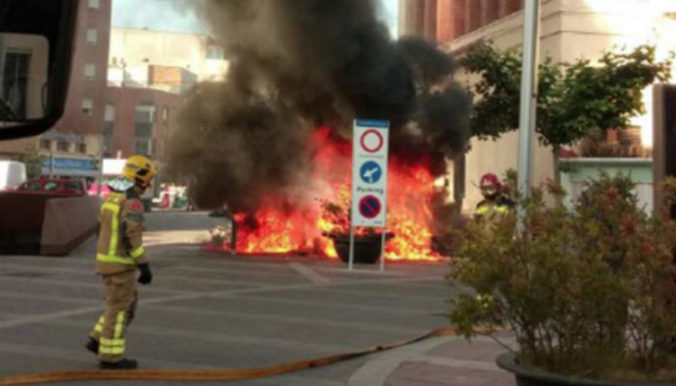 Les flames han calcinat totalment el vehicle.