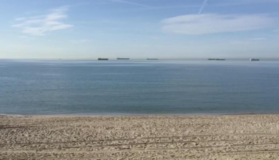 Imatge del mar calmat davant la costa de Tarragona.