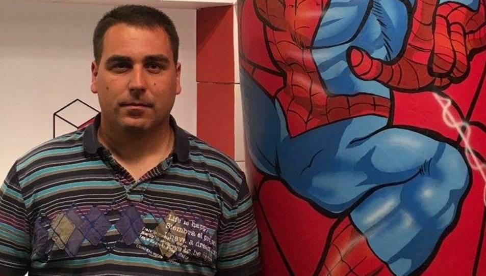 Alberto Marina al costat d'un inflable.