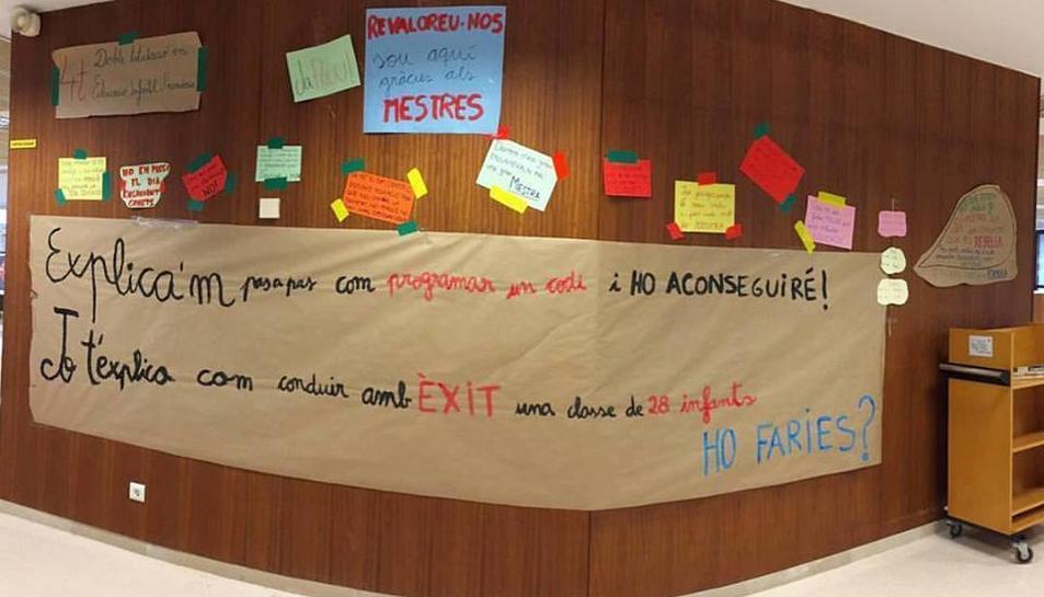Aquest és el cartell que es va penjar dimarts al Centre de Recursos per a l'Aprenentatge i la Investigació.
