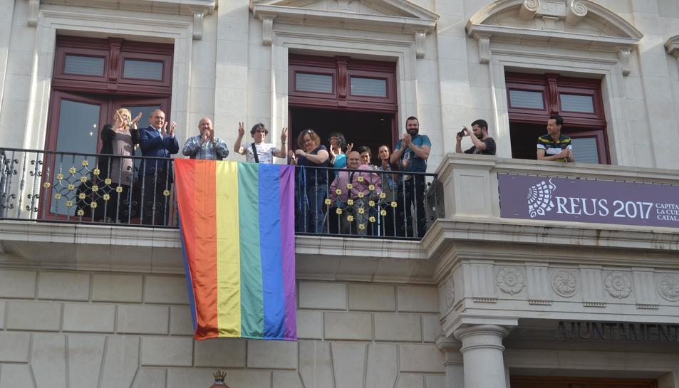 L'Ajuntament de Reus ha penjat una bandera de Sant Martí al balcó.