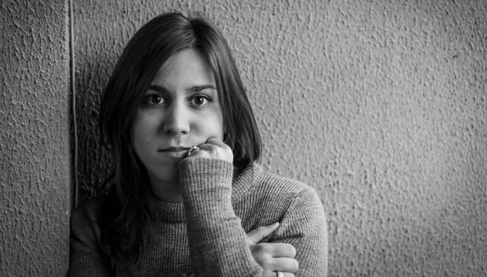 Laura Navarro és de Reus, i des de petita va mostrar molt interès per l'art i la literatura.