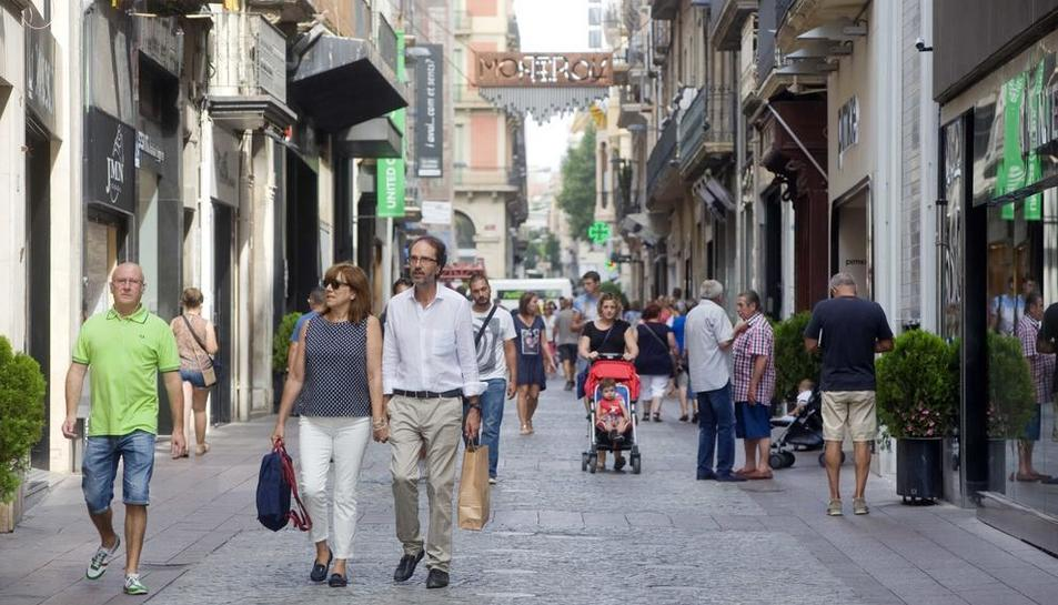 Vianants passejant al carrer de Monterols, en imatge d'arxiu.