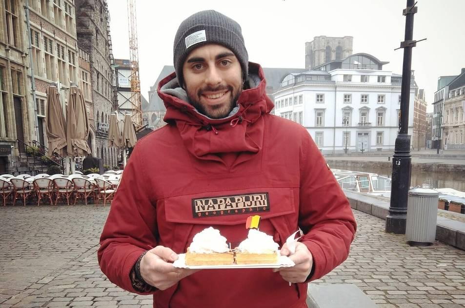 Adrián Monje somriu en una fotografia realitzada al nucli antic de la ciutat belga de Gent.