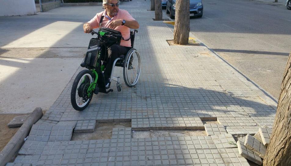 Pitu Mas i estat que presentava la vorera del carrer Tenerife el dilluns, abans de ser reparada.
