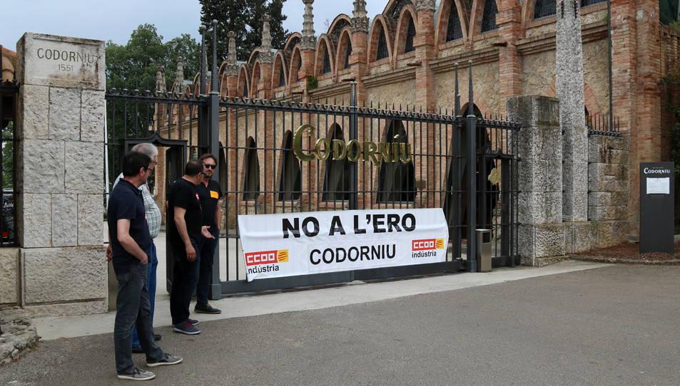 Imatge d'arxiu d'una pancarta de rebuig a l'ERO a l'entrada principal de les caves Codorniu.