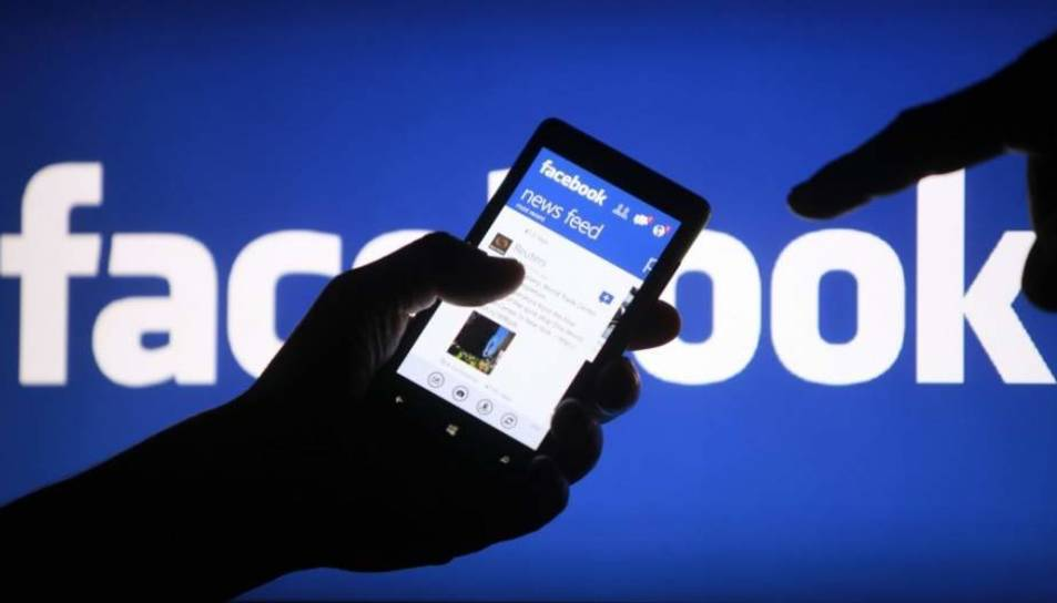 Un usuari consulta la xarxa social Facebook des del seu mòbil.