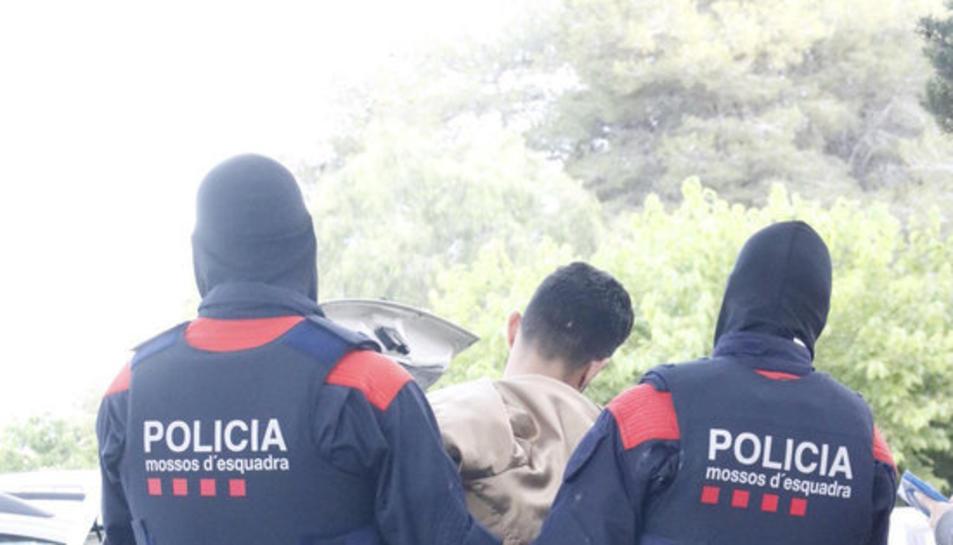 Imatge dels Mossos d'Esquadra detenint una persona