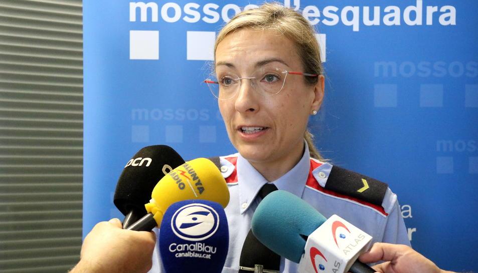 Esther Graells, caporala del Grup d'Atenció a la Víctima de Vilanova i la Geltrú, atenent els mitjans de comunicació.