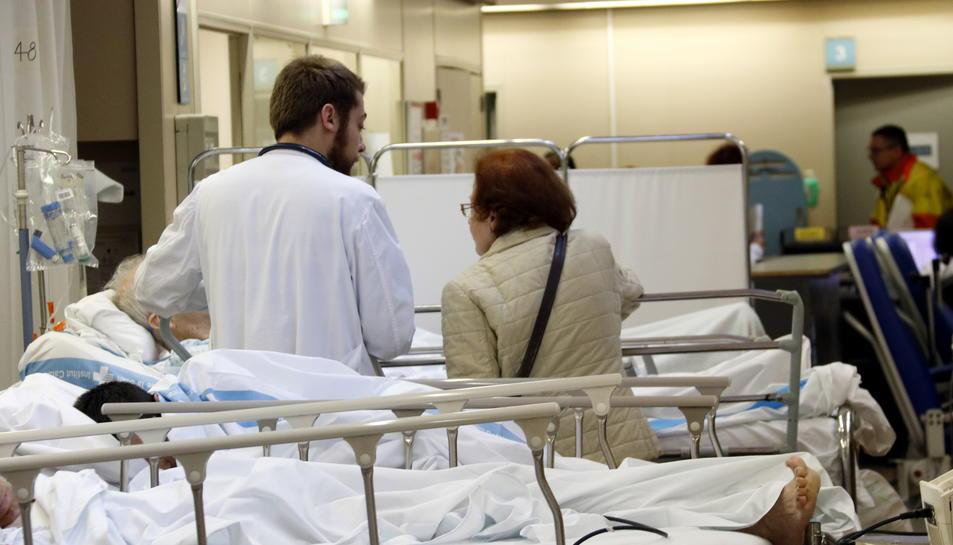 Un metge atenent a un pacient.