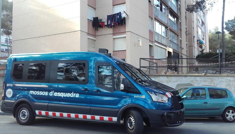Un furgó dels Mossos d'Esquadra davant alguns dels pisos on s'han realitzat registres, al barri de Sant Salvador.