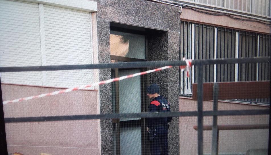 Un agents dels Mossos d'Esquadra a punt de realitzar un registre al barri de Sant Salvador.