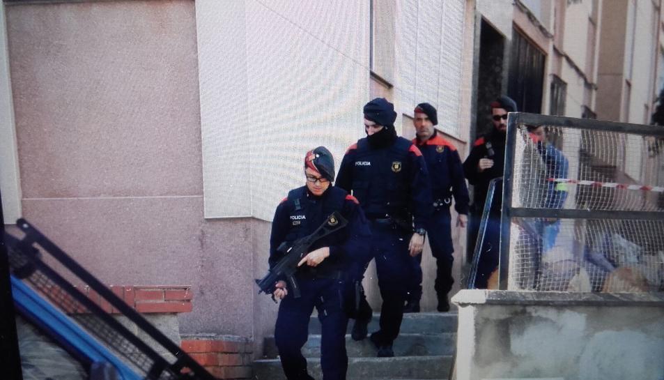 Imatge d'agents dels Mossos d'Esquadra sortint de realitzar un registre en un pis al barri de Sant Salvador.