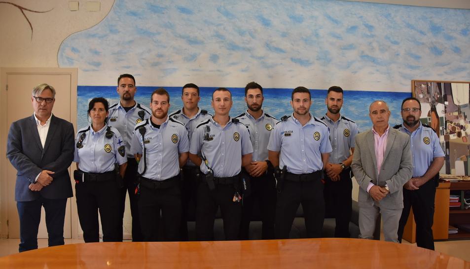 Fotografia de família dels nous agents de la Policia de Torredembarra.