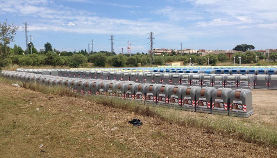 Imatge dels nous contenidors, 'aparcats' a la zona del vial del Cavet, esperant a ser col·locats als carrers de Salou.