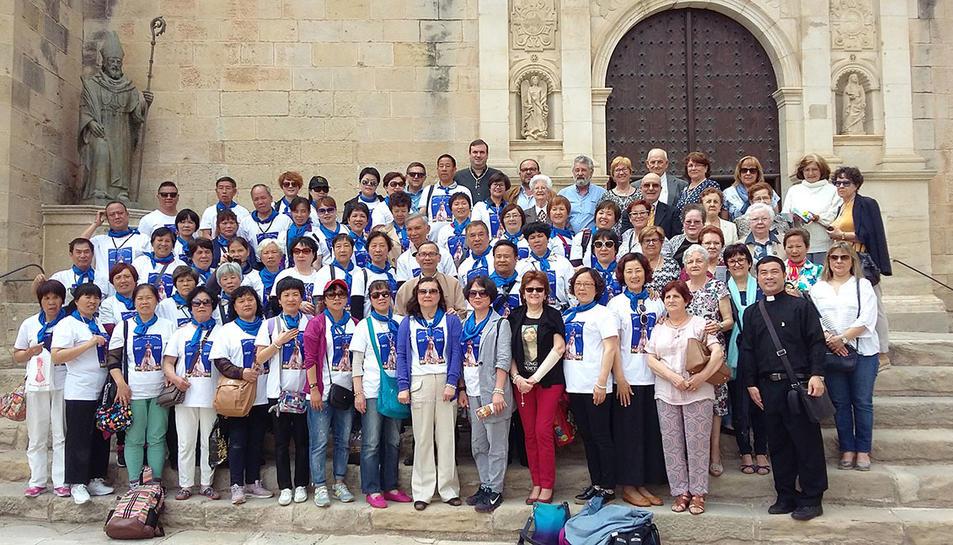 El grup de feligresos xinesos acompanyats per les autoritats locals.