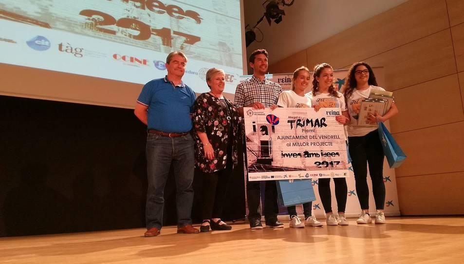 Marta Ibáñez, Núria Carbonell i Ariadna Raurich, del Col·legi Sagrat Cor, recollint el premi al Millor Projecte.