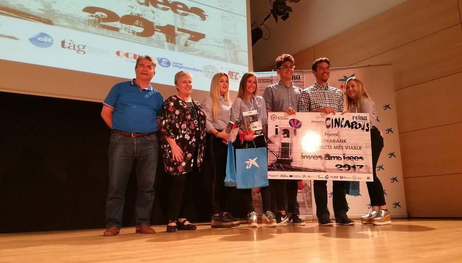 Laia Garcia, Javier Gil, Marta Gutiérrez i Laura Martos, de l'institut Baix Penedès, recollint el premi al projecte més viable.