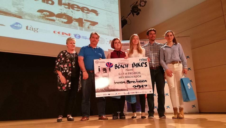 Camelia Chertes, Laia Gallardo i Gemma Mestres, de l'institut Baix Penedès, recollint el premi al projecte més innovador.