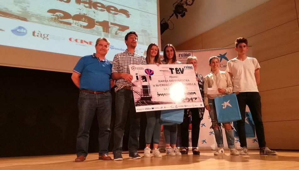 Edgar Casado, Raquel Muñoz, Paula Nogales i Marta Nin, de l'institut Baix Penedès, recollint el premi al projecte més cooperatiu.