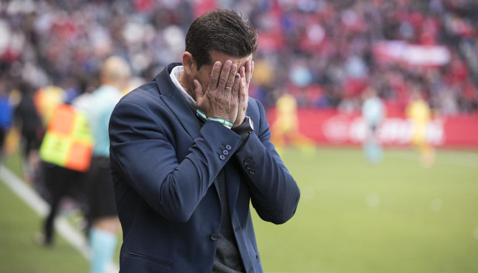Juan Merino es lamenta durant un moment del partit que el seu equip va disputar al Nou Estadi contra el CF Reus.