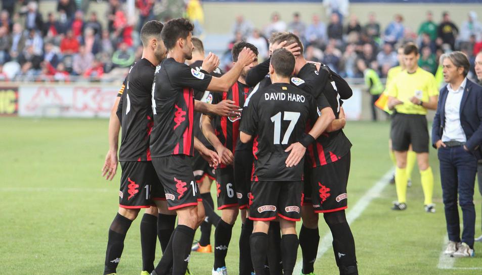 Part de la plantilla del CF Reus celebra la diana de l'última victòria al seu feu, anotada per Querol, sota la mirada de Natxo González.