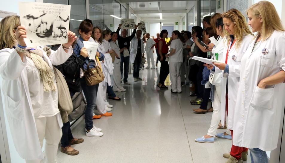Pla general de la protesta dels treballadors de l'Hospital Sant Joan de Reus durant la reunió del Consell d'Administració de l'hospital, amb cartells, xiulets i crits, el 19 de maig del 2017